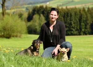 Eileen-mit-zwei-hunden-auf-der-wiese-300x216 Kontakt