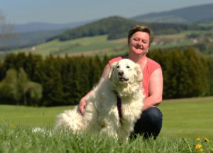 Sonja-eisner-mit-hund-auf-der-wiese-300x215 Kontakt