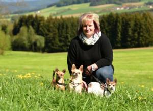 Brigitte-mit-drei-hunden-auf-der-wiese-300x217 Kontakt