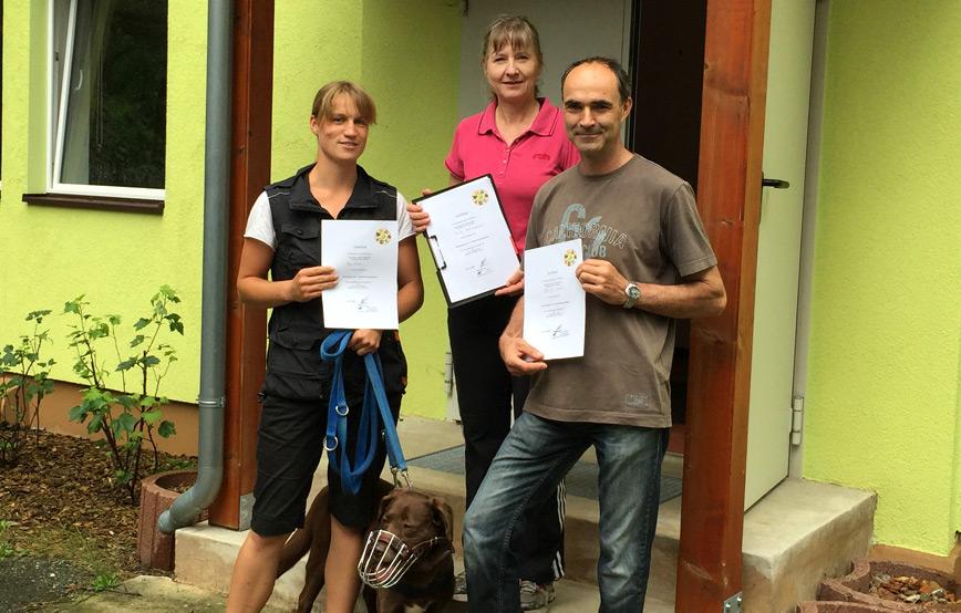 Sachkundeprüfung bestanden teilnehmer mit zertifikat in der hand