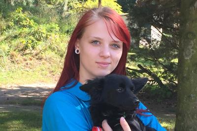 Auszubildene-Lisa-klein-mit-hund-tarzan Team - Tierschutzliga Dorf