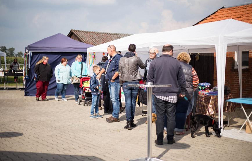 Tierheimfest-Wardenburg-besucher-schauen-an-den-ständen Tierschutzhof Wardenburg