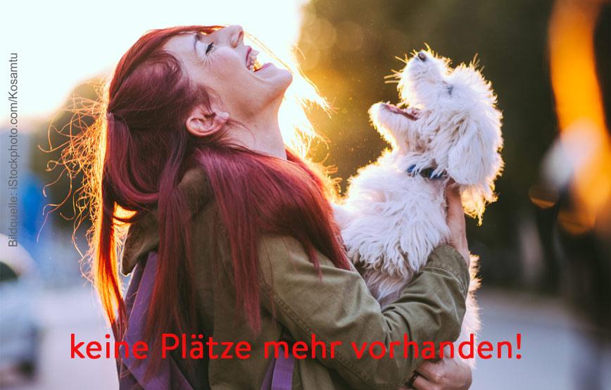 frau-lacht-mit-Hund-Kosamtu-keine-plätze-mehr-vorhanden Themenabend - Sprachkurs Hund - Mensch