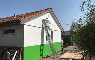 bueckeburg-hauswand-gestrichen-arbeiter-leiter-fortschritt Ein Behandlungsraum für Bückeburg