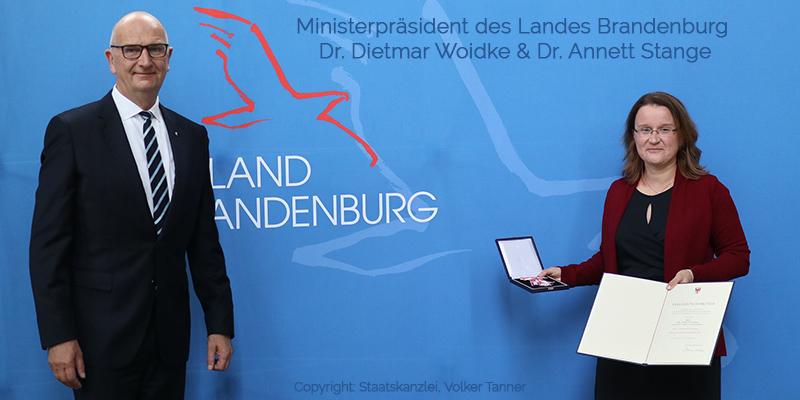 newsletter-oktober03-annett-stange-minister-woidke-verdienstorden2 Verdienstorden des Landes Brandenburg für Dr. Annett Stange